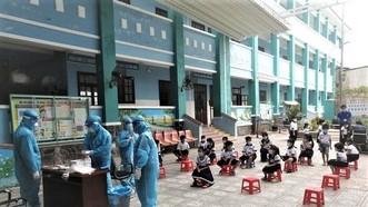 Học sinh Trường Tiểu học Thạnh An tham gia xét nghiệm tầm soát Covid-19 vào sáng 19-10 nhằm đảm bảo an toàn trước khi trở lại trường học trực tiếp