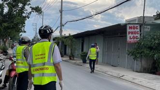 Đoàn kiểm tra nhắc nhở người dân đeo khẩu trang khi ra đường