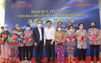 阮玉英主編(右五)與張豐裕總經理向同胞贈送禮物。