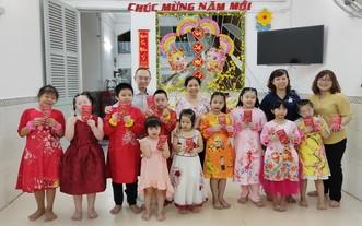 范興主任(後排左一)與陳月寶副主席 (後排右二)同將來特殊學生師生合影。