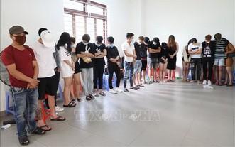 33名男女青年毒品者被扣押在公安派出所。(圖源:越通社)