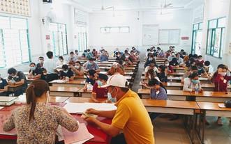 進入駕照理論考場的考生都須佩戴口罩,並保持座位間隔。(圖源:文平)