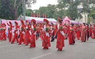 河內市婦聯會舉行的長衫遊行推崇儀式。(圖源:越通社)