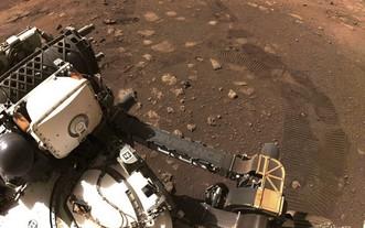 """火星探測器""""毅力""""號(Perseverance)4日成功在火星上進行首次試駕。(圖源:路透社)"""