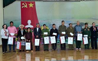 中央組織部長張氏梅(左一)向宣光省詹化縣春光鄉的革命有功者與家境貧困的少數民族同胞贈送禮物。(圖源:海鐘)