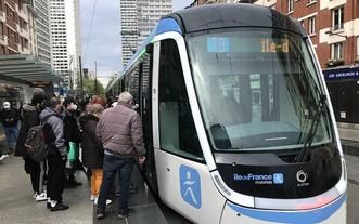 民眾乘坐新線路有軌電車。(圖源:互聯網)