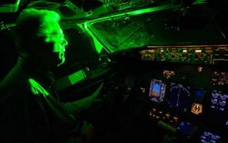 高倍激光照射到駕駛艙會造成飛行員短時視力下降甚至致盲。(示意圖源:Mentalfloss)