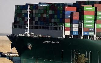 """此前在埃及蘇伊士運河擱淺的大型集裝箱貨輪""""長賜""""號繼續被扣押。(圖源:互聯網)"""