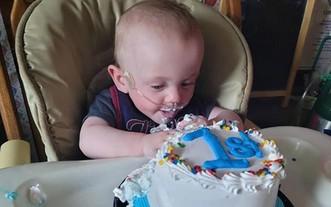 哈欽森提早出生131天,僅340公克,一度被認為不可能存活。但今年6月5日,哈欽森迎來第一個生日。(圖源:推特)