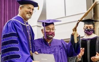 97 歲老兵完成大學學位