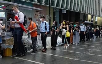 再見香港《蘋果日報》 民眾排隊買報