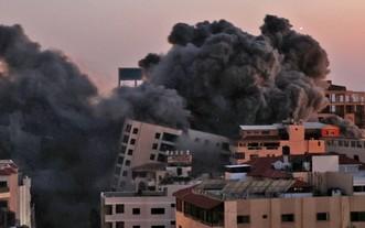 加沙哈納迪地區一座大樓在空襲中被毀。(圖源:AFP)