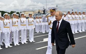 俄總統普京(右)在聖彼得堡檢閱了海上武裝力量並發表講話。(圖源:AFP)