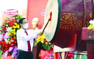 市人委會主席潘文邁在開學典禮上擊鼓。(圖源: TTO)