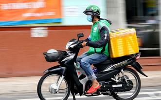 圖為一名快遞員在送貨途中。(圖源:獨立)
