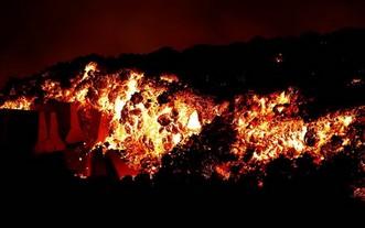 橫跨拉帕馬島南部山脊的老峰火山,上次噴發已是50年前,當地約有8萬居民。(圖源:路透社)