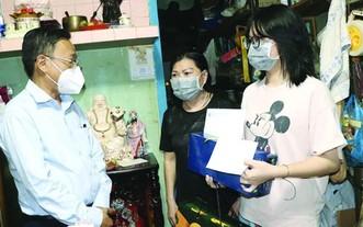 市委民運處主任阮友協看望第五郡受疫情影響的少兒。