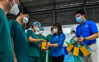 越南醫療工會代表向抗疫一線醫護人員贈送月餅傳遞團圓愛心。(圖源:楊玉)