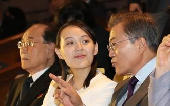 2018年2月,在韓國國立中央劇場,韓國總統文在寅(右)與時任朝鮮勞動黨中央委員會第一副部長金與正交談。(圖源:韓聯社)