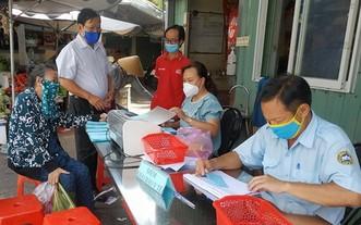 傳統街市人員檢查消費者的購物券。