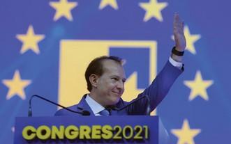 9月25日,在羅馬尼亞首都布加勒斯特,總理克楚在國家自由黨全國代表大會上揮手致意。(圖源:新華社)