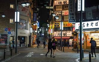 疫情之下的日本東京街頭行人稀少。(圖源:新華社)