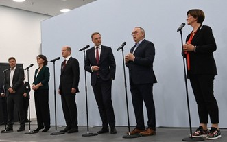 德國的社會民主黨、綠黨及自由民主黨舉行記者會,宣佈已達成聯合組閣的初步共識。(圖源:AFP)