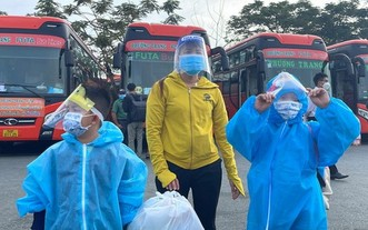 兩名身穿防護服的小孩在母親的陪同下準備上車返鄉。(圖源:文明)