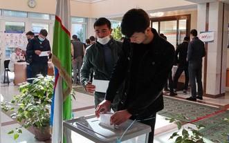 10月24日,選民在烏茲別克斯坦塔什幹投票。(圖源:新華社)