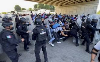 當地時間23日,又有一大批移民從墨西哥南部出發前往美國,他們當天沖破了墨西哥警察的封鎖。(圖源:互聯網)