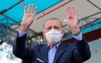 10月23日,土耳其總統埃爾多安在土西北部城市埃斯基謝希爾向支持者揮手。(圖源:新華社)