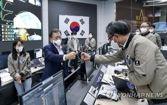 日前,韓總統文在寅(左二)鼓勵航太工作人員碰拳致意。(圖源:韓聯社)