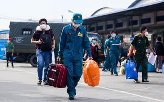 自衛民兵協助民眾搬運行李上車回鄉。(圖源:TTO)