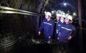 政府副總理黎文成(前右)親往視察胖山煤炭開礦工作。(圖源:越通社)