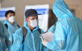 回國民眾在機場辦理醫療申報手續。