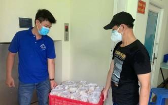 """""""越南微笑""""志願組成員運送贈給勞工的免費膳食。"""