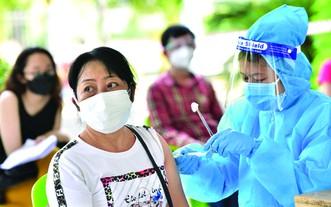 第五郡為民眾接種疫苗。