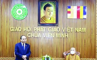 國家主席阮春福昨(22)日上午代表越南黨、國家、祖國陣線前往圓明祠堂群(郎寺)弔唁越南佛教協會法主、證明理事會法主釋普慧長老。