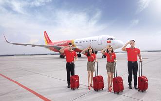 越捷航空公司的空服員在新山一機場準備出發。