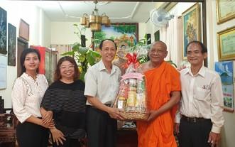 陳耀枝主席(左三)向名龍大師贈送禮品。