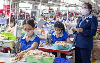 第十二郡某時裝公司工人在生產。