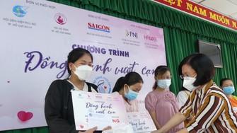 """Đại diện chương trình """"Đồng hành vượt cạn"""" tặng quà các thai phụ tại huyện Củ Chi"""