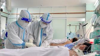 Y, bác sĩ Bệnh viện phụ sản Hùng Vương chăm sóc sức khỏe cho bệnh nhân Covid-19. Ảnh: Hoàng Hùng