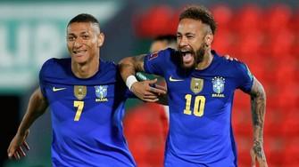 Neymar (phải) sẽ dẫn dắt tuyển Brazil ở kỳ Copa America lần này