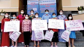 PGS-TS Trương Thị Hiền, Chủ tịch Hội nữ Trí thức TPHCM cùng đại diện Hội Liên hiệp Phụ nữ TPHCM, Báo SGGP  trao quà cho các thai phụ. Ảnh: VIỆT NGA
