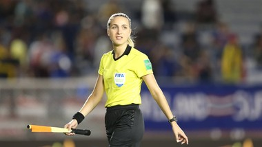 Nữ trợ lý trọng tài Joanna Kate Charaktis.