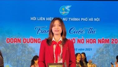 """Nữ võ sĩ Nguyễn Thị Tâm được vinh danh là """"Phụ nữ thủ đô tiêu biểu năm 2021"""". Ảnh: NHƯ CƯỜNG"""