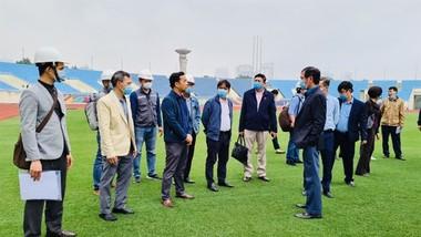 Đại diện Bộ VH-TT-DL và Tổng cục TDTT kiểm tra tiến độ sửa chữa sân Mỹ Đình vào ngày 19-10. Ảnh: T.S