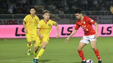 Lee Nguyễn (phải, CLB TPHCM) xung phong ra sân dù chỉ mới hết cách ly. Ảnh: DŨNG PHƯƠNG