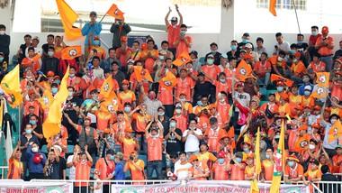 Sân Quy Nhơn luôn đông đảo khán giả.